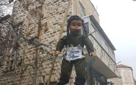 בובה של חייל חרדי שנתלתה בירושלים