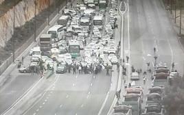 עובדי חיפה כימיקלים חוסמים את כביש 1