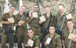 """חיילי צה""""ל עם מצות"""