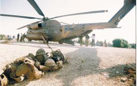 ציוד לוחמי השייטת שהשתתפו במבצע ליד המסוק שחילץ אותם