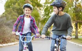 ילדים רוכבים על אופניים, אילוסטרציה