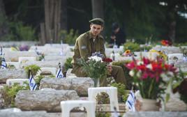 חייל בבית העלמין הצבאי בהר הרצל