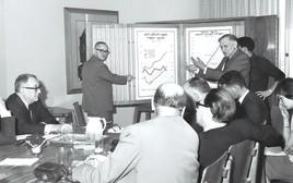 נגיד בנק ישראל בשנות ה־60 דוד הורוביץ (עומד מימין) מעביר סקירה למשלחת אירופית