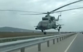מסוק צבאי מעל כביש מהיר ברוסיה