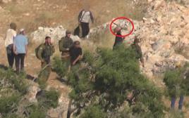 מתנחל מיידה אבנים לעבר פלסטינים