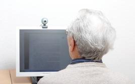 אישה מבוגרת מול מחשב, צילום אילוסטרציה