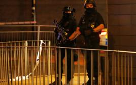 שוטרים מחוץ להופעה שבה אירעו הפיצוצים