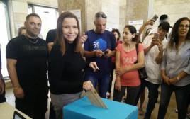 שלי יחימוביץ' מצביעה בבחירות להסתדרות