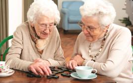 קשישות משחקות