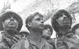 """ד""""ר יצחק יפעת בתמונת שלושת החיילים בכותל"""