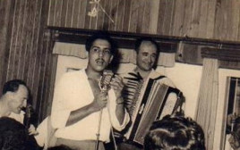 אבשלום כהן בהופעה עם בני פנחסי בשנות ה-50