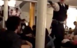 שוטרים בריטים פורצים לבר סמוך למקום הפיגוע בלונדון