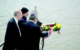 """נציגי """"שם עולם"""" וממשלת סרביה בטקס השלכת פרחים בנהר בבלגרד"""