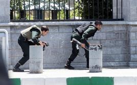 כוחות הביטחון האיראניים מקיפים את התוקפים