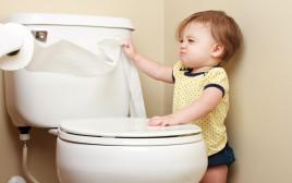 ילד בשירותים, צילום אילוסטרציה