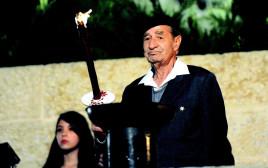 אליעזר לב ציון מדליק משואה ביום השואה ב-2012
