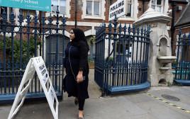 צעירה מוסלמית מצביעה בבריטניה