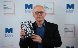 דויד גרוסמן עם ספרו הזוכה במאן בוקר