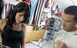 אילוסטרציה: צעירים בחנות בגדים