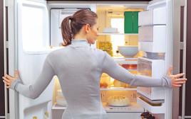 אישה פותחת את המקרר, צילום אילוסטרציה