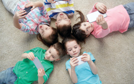 ילדים משחקים באייפון, אילוסטרציה