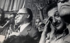מרדכי ציפורי עם אהוד אולמרט, עזר ויצמן ומנחם בגין בבחירות 1977