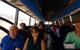 באסל גטאס ובני משפחתו בדרך לבית הכלא