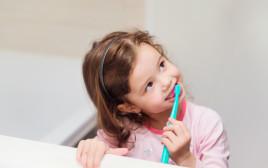ילדה מצחצחת שיניים, צילום אילוסטרציה