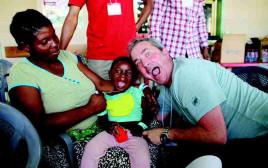 """רופא מרמב""""ם עם ילדה מטופלת בגאנה"""