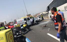 """חובשים בזירת התאונה. צילום: מד""""א"""
