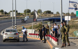 חיילים ואזרחים בתחנת אוטובוס בשומרון