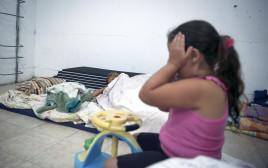 תושבים במקלט באשקלון בצוק איתן, למצולמים אין קשר לנאמר בכתבה