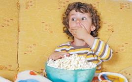ילד אוכל פופקורן, צילום אילוסטרציה