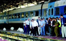 עמיר פרץ במקום נפילת הטיל במתחם הרכבת במלחמת לבנון ה-2