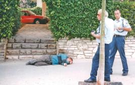 איש שוכב על המדרכה, אילוסטרציה: למצולמים אין קשר לנאמר בכתב