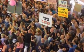 """ההפגנה בסמוך לביתו של היועמ""""ש"""