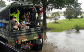פינוי אנשים מהאזורים שנפגעו מההוריקן בטקסס