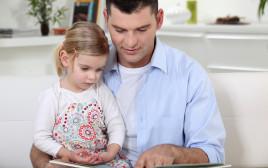 אבא קורא עם בתו