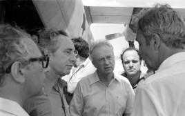 ראש הממשלה יצחק רבין, שר הביטחון שמעון פרס ואילן תהילה מקבלים את פני החטופים