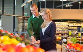 זוג עושה קניות בסופרמרקט, אילוסטרציה