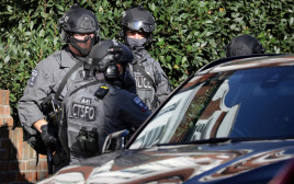 שוטרים חמושים בזירת הפיצוץ בלונדון