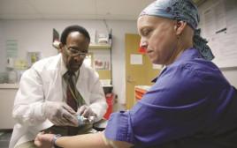 מטופלת מקבלת טיפול כימותרפיה