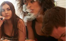 נערות מעשנות סמים