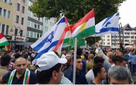 הנפת דגלי ישראל וכורדיסטאן במהלך הפגנה בקלן למען עצמאות הכורדים
