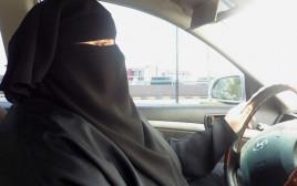 אישה סעודית נוהגת