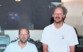 סטיבן (מימין) עם אחיו אריק (משמאל)