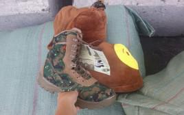 נעלים צבאיות בתוך נעלי בית