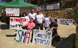 """מאהל מחאה של הורים לילדים חולי sma מול משרד רה""""מ"""