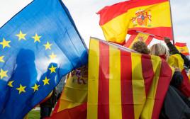 דגלי ספרד, קטלוניה והאיחוד האירופי בהפגנה נגד עצמאות החבל