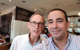 נחמן שי ויואל חסון בבית קפה בתל אביב